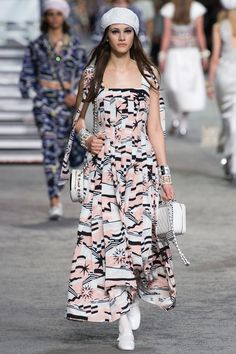 Chanel Resort 2019 Fashion Show Collection: See the complete Chanel Resort 2019 collection. Look 79 ๏~✿✿✿~☼๏♥๏花✨✿写❁~⊱✿ღ~❥ TU Jun ~♥⛩☮️ Fashion Week, Runway Fashion, Trendy Fashion, Fashion Looks, Womens Fashion, Fashion Trends, Fashion Fashion, Chanel Resort, Chanel Cruise