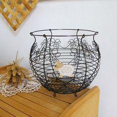Nový drátovaný koš zdobený lístky a keramickým beránkem v sadě s věšáčkem.   ...inspirováno tak trochu velikonočně...  .....