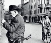 'Uomo che legge' (foto di Nino Migliori)