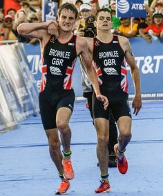 Triathlete Stops Mid-Race To Help Brother Across The Finish Line #refinery29 http://www.refinery29.com/2016/09/123709/triathlon-finish-line-jonny-alistair-brownlee-brothers