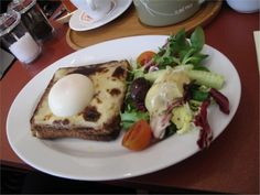 cheese sandwich with egg on top and salad Egg Recipes, Breakfast Ideas, Farms, Sandwiches, Eggs, Salad, Cheese, Healthy, Top
