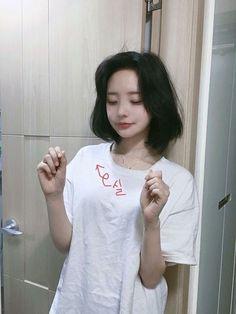 Where TaeHyung and Jungkook find a friend they had . Ulzzang Short Hair, Korean Short Hair, Ulzzang Korean Girl, Cute Korean Girl, Asian Girl, Uzzlang Girl, Hwa Min, Peinados Pin Up, Girl Short Hair