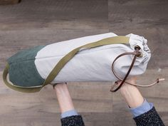 Carry your yoga mat in style with a sturdy bag you can make yourself. Diy Sac, Yoga Mat Bag, Bottle Bag, Yoga Accessories, Yoga For Men, Yoga Fashion, Latest Technology, Yoga Fitness, Latex Free