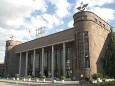 Ankara-gari Haydarpaşa ve Basmane gibi ilk gar binalarımızı Almanlar yaptığı için Ankara Garı da öyle zannedilir. Halbuki 1937 yılında Mimar Şekip Akalın tarafından yapılan Ankara Garı, Cumhuriyet Türkiye'sinin en önemli yapıtlarından biridir. Öte yandan burada sergilenen ve Atatürk'ün yurt gezilerini yaptığı özel vagonu çalışma saatleri içinde gezilebiliyor. Ayrıca bir zamanların Direksiyon Binası iken daha sonra müze olarak düzenlenen ve Atatürk'ün Çankaya Köşkü'ne taşınmadan önce…