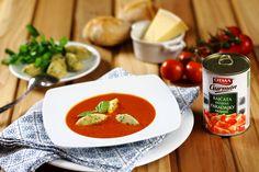 Rajčatová polévka je oblíbená po celé Itálii a připravuje se v mnoha obměnách. Často se do ní přímo při vaření přidává pár plátků bílého italského pečiva, díky čemuž vznikne hutná a vydatná polévka zvaná pappa. V našem receptu jsme polévku odlehčili nadýchanými noky s vůní bylinek. Thai Red Curry, Ethnic Recipes, Food, Essen, Meals, Yemek, Eten