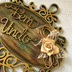 Quadro decorativo Bem Vindo em mdf, decorado com flor. Ótimo para decorar a sua casa ou presentear. Produto artesanal feito com capricho, carinho e dedicação, sempre com produtos de boa qualidade. Dimensões: 17 x 2,5 x 22 cm (C x L x A)