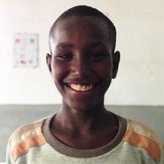 Abdu es un fenómeno. Tiene 10 años y vive en una ciudad llamada Asayita, en Etiopía. Durante la semana va al colegio, y por las tardes trabaja transportando bidones de gasolina en su bici. Trabaja duro, y ha podido comprarse una segunda bici, que alquila a sus amigos. Con el dinero que gana, se va los sábados en la primera furgoneta de la mañana a ver a su madre, que está internada a 80 km porque tiene VIH. Le lleva algo de comida, dinero, y una tarjeta de teléfono para poder hablar con…