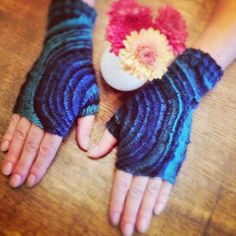 Knitting and so on: Circle Mitts - Deutsch Knitting Patterns Free, Knit Patterns, Free Knitting, Knitting Ideas, Crochet Adult Hat, Knit Or Crochet, Fancy Schmancy, Fingerless Mittens, Textiles