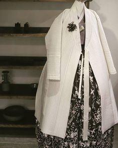 The Dan Women – Page 13 – Hanbok The Dan ‧ Made with ♥ Korean Traditional Dress, Traditional Dresses, Korean Dress, Korean Outfits, Fashion Photo, Girl Fashion, Fashion Outfits, Unique Fashion, Modern Hanbok