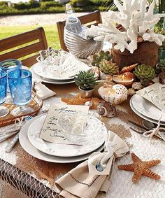Utiliza decoración relacionada con el mar y la playa para darle un toque original a tu mesa de verano