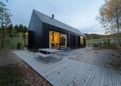 Casa rústica, com designer diferenciado, valorizando a madeira e a utilização de vidro que juntamente é ligado com a luz natural
