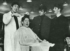Beatles John Lennon, Paul McCartney, George Harrison, and Ringo Starr. John looks TOO happy chopping Paul's hair! Beatles Songs, Beatles Funny, Beatles Love, Les Beatles, Beatles Photos, Beatles Poster, Beatles Guitar, Beatles Band, George Harrison