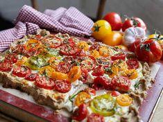 En riktig favorit - rustik hembakt paj med tomater, getost och ricotta.