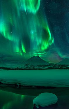 The Aurora in Iceland Aurora Borealis, Beautiful Sky, Beautiful World, Northen Lights, Wallpaper Animes, Gods Creation, Tumblr Wallpaper, Lock Screen Wallpaper, Belle Photo