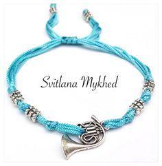 """Bracelet """"Cor. Trompette. Instrument musical. Musique."""" cordon en satin turquoise . Perles tibétaines. Fermeture coulissante. : Bracelet par perles-et-couronnes"""