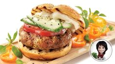 Greek-style chicken burgers from Josée di Stasio Greek Style Chicken, Specialty Meats, Confort Food, Keto Burger, Pause, Wrap Sandwiches, Healthy Eating Tips, Food Menu, Beef Recipes