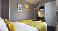 Hôtel des Arts Paris Hotel des Arts is located in the centre of Paris, in the Montmartre district, a 10-minute walk from the Sacré-Coeur Basilica. It offers soundproofed rooms and free Wi-Fi access.  Each room is equipped with a TV and a private bathroom with a...
