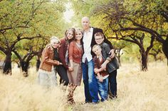 More than 125 photos to help give you inspiration for your next family photo session for Christmas cards or just because. Clothing, scenery, poses, lighting, etc. Large Family Poses, Family Posing, Family Portraits, Big Family, Posing Families, Soul Family, Extended Family, Happy Family, Friends Family