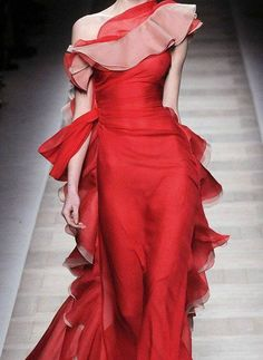 Gorgeous red gown. Valentino.