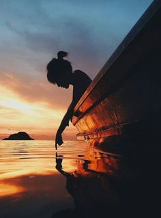 Sunset on the ocean. Beautiful silhouette shot of this young girl in her boat! Amazing Photography, Portrait Photography, Travel Photography, Lonely Girl Photography, Female Photography, Sunset Photography, Beauty Photography, Photography Ideas, Cool Photos