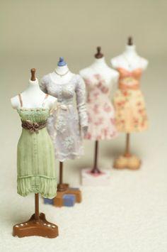 Teeny tiny dressmaker ' s models .no, diy, dollhouse, design Dollhouse Dolls, Miniature Dolls, Dollhouse Miniatures, Dollhouse Design, Tiny Treasures, Mini Things, Miniture Things, Mannequins, Dressmaking