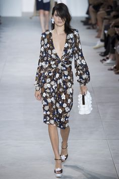 >>>Michael Kors OFF! >>>Visit>> Michael Kors Collection Spring 2017 Ready-to-Wear Collection Photos - Vogue Fashion Week, Fashion 2017, New York Fashion, Runway Fashion, Fashion Show, Fashion Dresses, Fashion Trends, Michael Kors Selma, Michael Kors Outlet