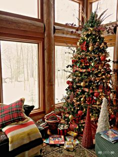 Are you looking for a Christmas tree design idea for Christmas? Decorating our house with beautiful Christmas trees is the best way to spread Christmas cheers and spirit. Christmas Tree Design, Cabin Christmas Decor, Christmas Log, Traditional Christmas Tree, Christmas Tree Inspiration, Woodland Christmas, Beautiful Christmas Trees, Christmas Countdown, Christmas Colors