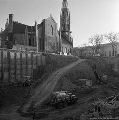 https://flic.kr/s/aHskJYEUvT | La construction du métro de Montréal en noir et blanc (1963-1966) | Bonne fête à notre métro!   En ce 14 octobre 2016, le métro de Montréal célèbre un anniversaire important! Il y a exactement 50 ans aujourd'hui que notre transport en commun souterrain a officiellement été inauguré. La Section des archives souligne ce 50e anniversaire en complétant la mise en ligne des 8008 images numérisées de sa série photographique « Métro de Montréal », produite entre 1962…