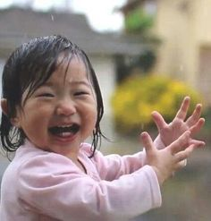 Baby Wowed by Rain for the First Time Little Girl Laughing and Smiling in the Rain.❤️ MoreLittle Girl Laughing and Smiling in the Rain. Happy Smile, Smile Face, Make You Smile, Precious Children, Beautiful Children, Beautiful Babies, Cute Kids, Cute Babies, Love Rain