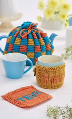 Learn to knit our colourful cosy and matching coasters Tea Cosy Knitting Pattern, Tea Cosy Pattern, Knitting Patterns Free, Free Knitting, Free Pattern, Crochet Geek, Form Crochet, Knitted Tea Cosies, Cover