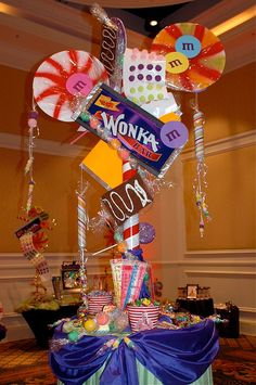 Mesa decorada con tematica de Willy Wonka Chocolate Factory. #CentroDeMesa
