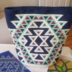16 Eylül Bursa Workshop ➡ @canantekinan ☺ çantamız bitti , sıra sapımızda 👏👏💞 kısa zamanda çok düzgün mükemmel bir çalışma oldu 👍 tebrikler Canan hncım 💞 Crotchet Bags, Knitted Bags, Crochet Handbags, Crochet Purses, Tapestry Crochet Patterns, Knitting Patterns, Yarn Projects, Crochet Projects, Crochet Crafts