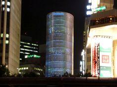 横浜風の塔。 .  元々、 地下街のための吸気や高架水槽としてあった、 既存の塔の改装。 .  高さ21mの塔の表面に、 アクリルミラーを貼り、 さらに、その周囲を、 楕円状のパンチングメタルで覆っています。 .  そして、内側に照明を設置し、 様々な光のパターンを描き出す、というもの。 .  聞いてみると、 たったそれだけ、という感じの、 シンプルなデザイン。 .  しかし…。 .  昼間は、周囲の雑踏に身を隠していて、 そんなのあったかなあ、というぐらいの塔が、 夜になると、急に、 キラキラっ...