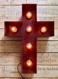 Cruz Latina de 48cm de alto realizada en hierro oxidado, el cual luego es preservado mediante una laca transparente.  La instalacion electrica cuenta con un dimmer que permite a el usuario regular la intensidad de las lamparas.