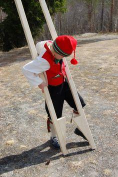 Boy on stilts in Norway Uteliv: 17. mai aktivitet: gå på stylter