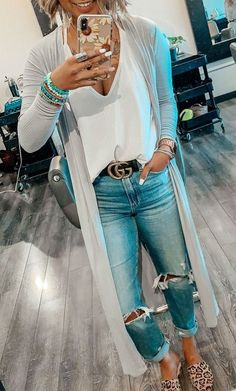 Casual outfits for women Love the T-shirt material Kd cardigan. Love the shoes. Love the bracelets. Cute Spring Outfits, Summer Work Outfits, Fall Winter Outfits, Beanie Outfit, Fall Fashion Trends, Autumn Fashion, Fashion Ideas, Fashion Outfits, Fashion Fashion