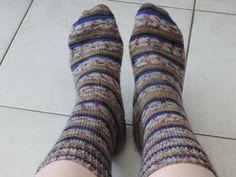 Sokken breien? Heb jij dit wel eens gedaan? Ik kreeg lessen van mijn eigen oma en zal jullie nu vertellen hoe je sokken kunt breien op grootmoeders wijze! Leg Warmers, Socks, Legs, Knitting, Fashion, Leg Warmers Outfit, Moda, Tricot, La Mode