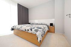 Spálňu sme vyriešili čisto funkčne a minimalisticky. Steny sú natreté svetlo sivou farbou. Na tienenie sú použité tmavé závesy, ktoré dokonale zatemnia. Zo spálne je vstup do šatníka pre rodičov. #jabrocky #minimalistinterior #interiordesign Bed, Furniture, Home Decor, Homemade Home Decor, Stream Bed, Home Furnishings, Beds, Decoration Home, Arredamento