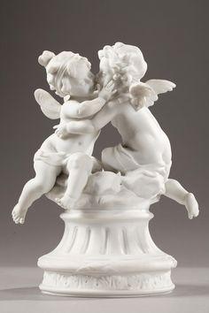 Un petit groupe en biscuit de porcelaine représentant Amour et Psyché sous les traits de deux jeunes enfants nus et potelés, ceints de draperies. Tournés l'un vers l'autre...