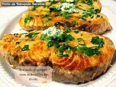 Salmão grelhado com manteiga de ervas