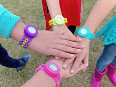 A colorful collection of Loomey Time Rainbow Loom watches. Rainbow Loom Patterns, Rainbow Loom Creations, Rainbow Loom Bands, Rainbow Loom Charms, Rainbow Loom Bracelets, Bead Patterns, Loom Love, Fun Loom, Rubber Band Crafts