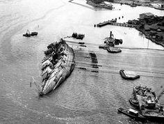 USS Oklahoma,Pearl Harbor'da aldığı darbelerle sağa yatmış vaziyette. USS Oklahoma being righted, Pearl Harbor