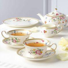 18世紀のウェッジウッドパターンブックに記録されているアーカイブモチーフをもとにデザインされた、英国の正統派エレガンス「ローズ ゴールド」。ローズ、アサガオ、クレマチスなどの彩り豊かな花々、そしてマイカ(雲母)で仕上げたスモーキーピンクのシルエットフラワーをさり気なくデザインに加え、優しい印象のテーブルウェア♪