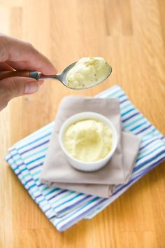 Dans le bol d'un mixeur plongeur, verser la crème de soja, le jus de citron, le vinaigre de cidre, la moutarde, du poivre et du sel. Mixer ces premiers ingrédients ensemble. Tenez votre (ou vos) huile(s) à côté, ouverte et prête à être versée. Tout en mixant, verser la ou les huiles dans le bol. …