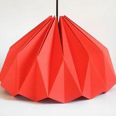 Luminária feita à mão em papel. Materiais elétricos selecionados. Dimensões: 40cm diâmetro e 23cm altura.