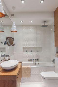 banheiro com banheira e chuveiro Em banheiros pequenos também é possível incluir uma banheira para desfrutar de um bom banho de espuma. O segredo está em investir no combo banheira + chuveiro no mesmo espaço. No mercado existem banheiras de tamanhos mais compactos que se adaptam até mesmo em banheiros pequenos e, dependendo do tamanho da área disponível, se encaixam perfeitamente na posição reservada para a ducha.