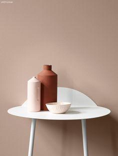 Høstens farger fra LADY Den lekre rustrøde vasen står frem mot en balansert vegg i LADY Balance 2024 Senses. En fin farge for de som er svak for pudrede rosatoner.