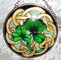 Irish Lucky Green Clover suncatcher: WANT. Celtic Stained Glass, Stained Glass Designs, Stained Glass Projects, Stained Glass Patterns, Stained Glass Art, Mosaic Glass, Celtic Symbols, Celtic Art, Celtic Knots