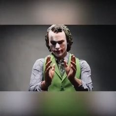 This is an extraordinary and magnificent collectible figure of The Joker that will be destined to be a holy grail in many Hot Toys fans collection Specially crafted based. Joker Comic, Der Joker, Joker And Harley Quinn, Dark Knight, Choses Cool, Joker Card, Dc Memes, Heath Ledger, Looks Cool