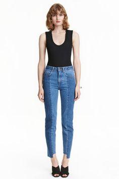 Slim Regular Ankle Jeans: Vaqueros tobilleros de cinco bolsillos en denim lavado con paneles delante. Modelo de tiro…